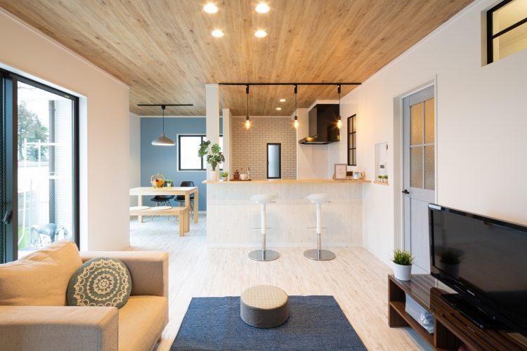 爽やかなインテリアカラーで西海岸風にリノベーションした家の画像1