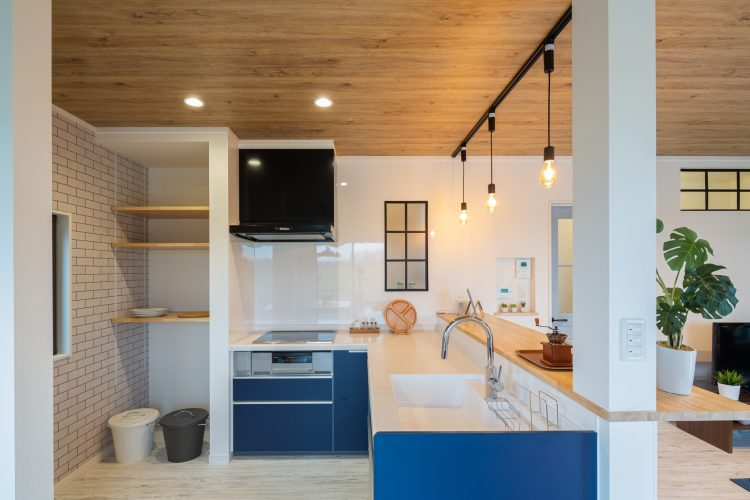 爽やかなインテリアカラーで西海岸風にリノベーションした家の画像2