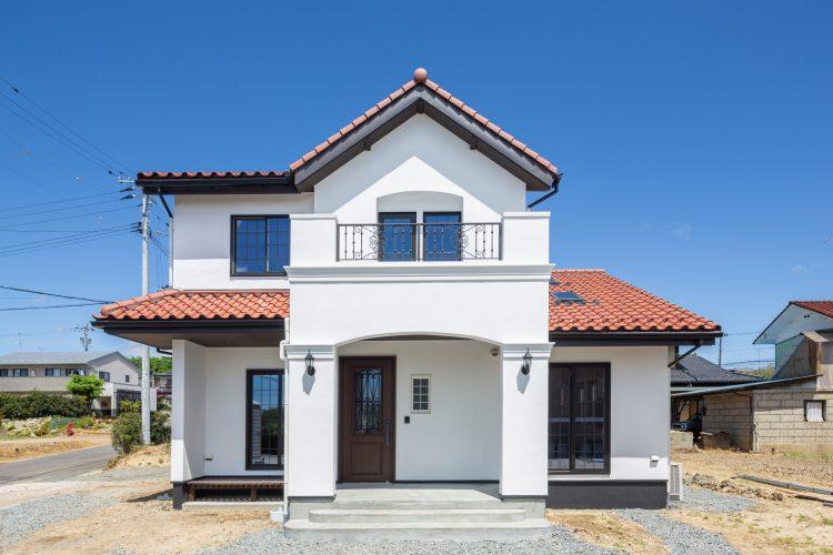 真っ白な塗り壁が目を引く重厚感のある家の画像1