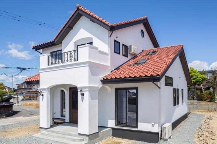 真っ白な塗り壁が目を引く重厚感のある家の画像2