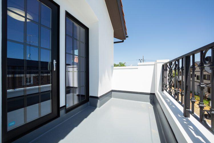 真っ白な塗り壁が目を引く重厚感のある家の画像6