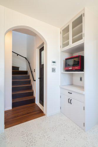 真っ白な塗り壁が目を引く重厚感のある家の画像16