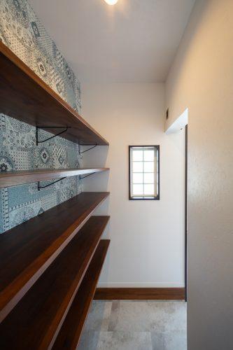 真っ白な塗り壁が目を引く重厚感のある家の画像19