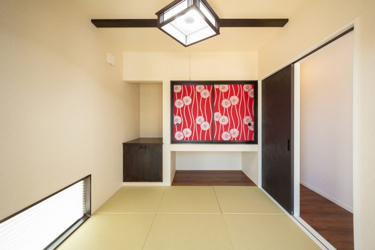 真っ白な塗り壁が目を引く重厚感のある家の画像21