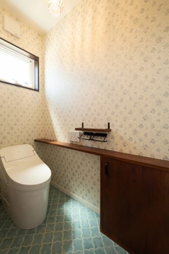 真っ白な塗り壁が目を引く重厚感のある家の画像24