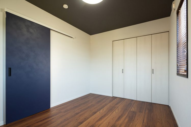 真っ白な塗り壁が目を引く重厚感のある家の画像32