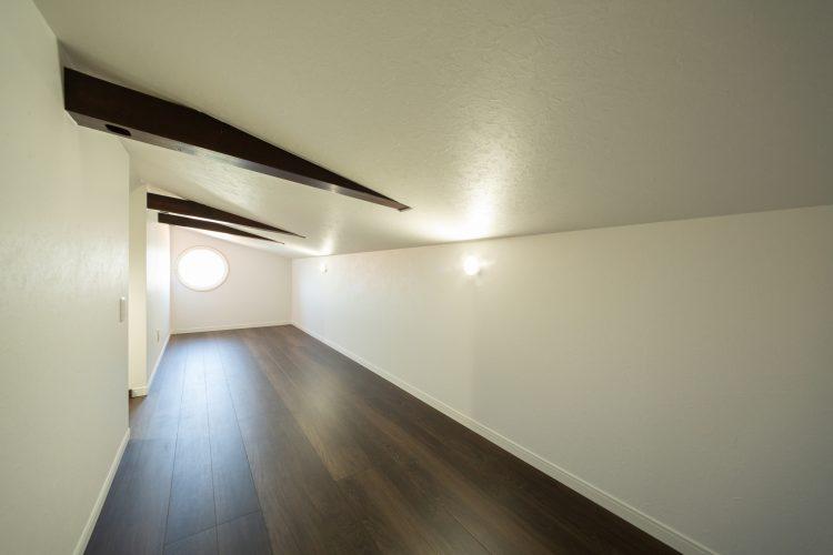 真っ白な塗り壁が目を引く重厚感のある家の画像33