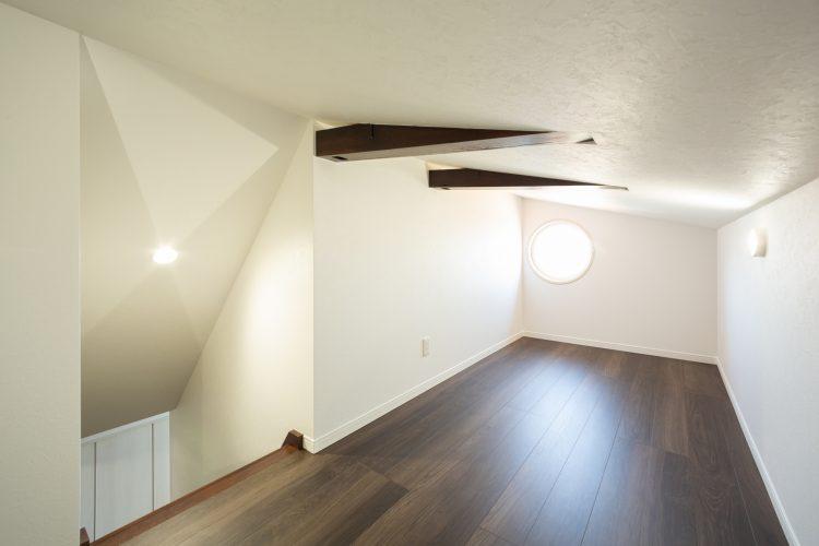 真っ白な塗り壁が目を引く重厚感のある家の画像34
