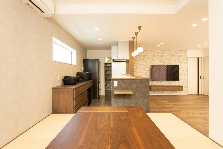 寛ぎの空間、小上がりダイニングのある家の画像8